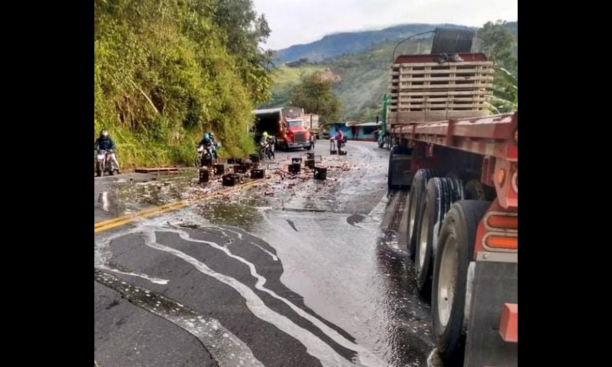 Un camión con cerveza se accidentó, dejó sobre la vía varias canastas esparcidas