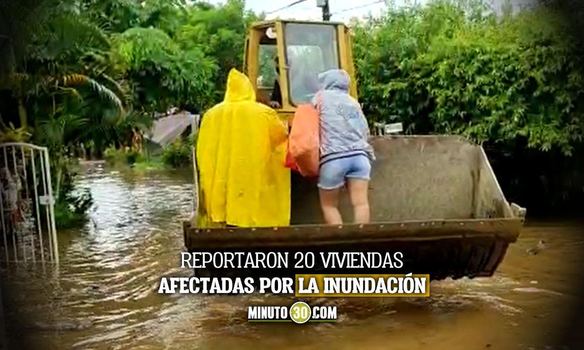 [Video] En maquinas tuvieron que salir algunos habitantes de El Bagre en medio de la inundación