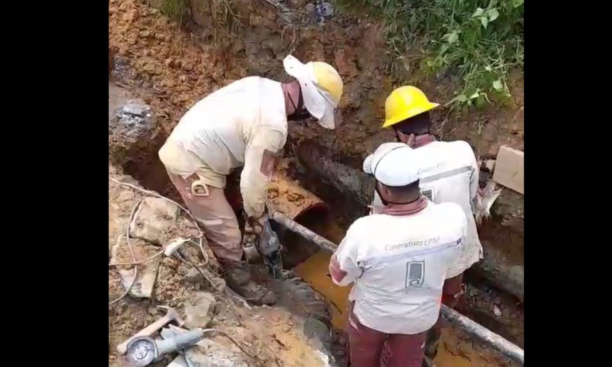 EPM trabaja en la reparación de la fuga que dejó sin agua a San Cristóbal y barrios aledaños