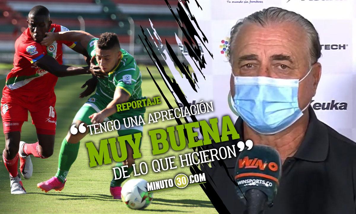 Hector Quintabani feliz con la campana de Deportes Quindio