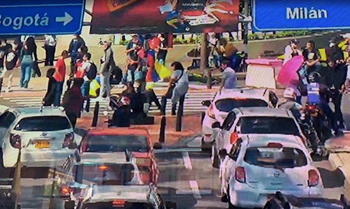Manifestantes bloquean sector de la Av. Lindsay en Manizales