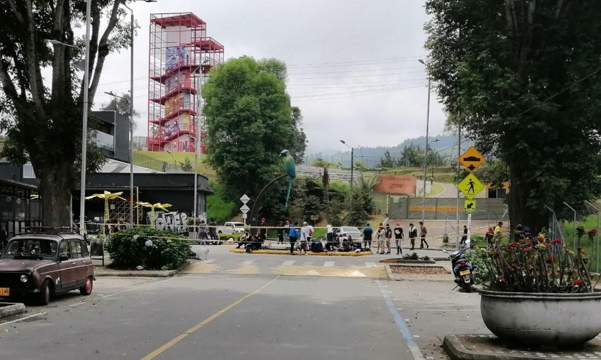 Manifestantes bloquean la glorieta del barrio Milán en Manizales
