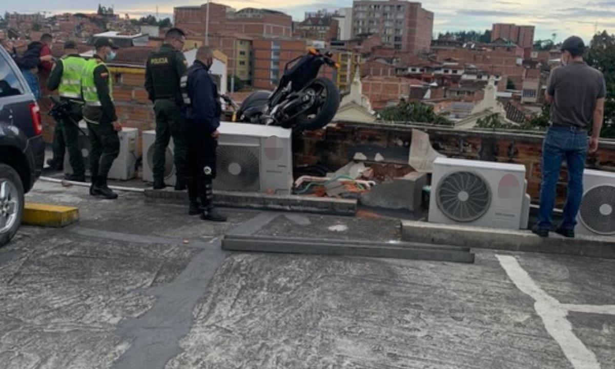 ¡Tragedia! En Rionegro un joven murió al caer del parqueadero de un quinto piso de un centro comercial