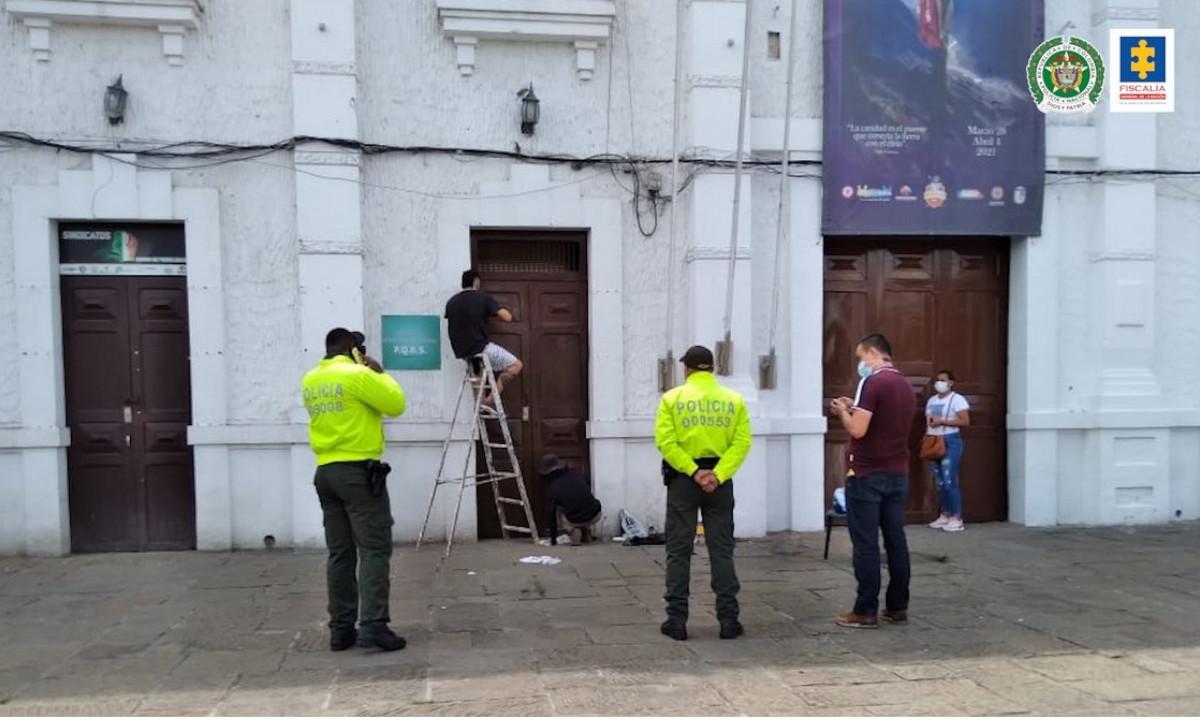 Se arrepintieron de vandalizar la fachada de una Alcaldía y la pintaron