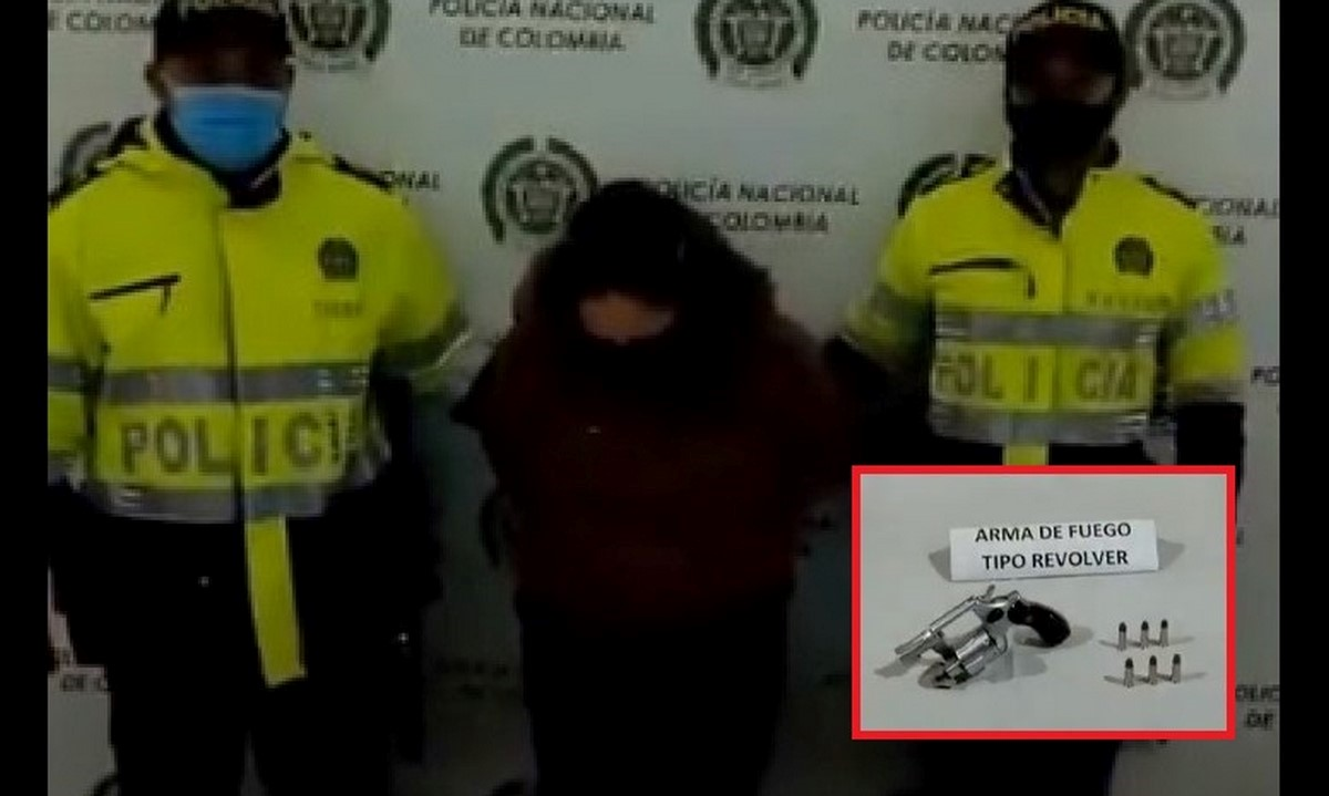 Mujer capturada en Bogotá con un revólver