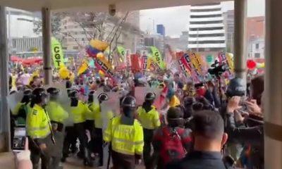 Disturbios a las afueras del Hotel Tequendama en Bogotá