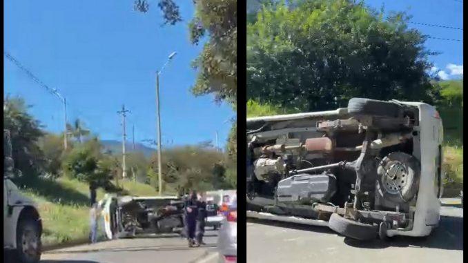 [Video] Un vehículo se volcó cerca al peaje El Trapiche