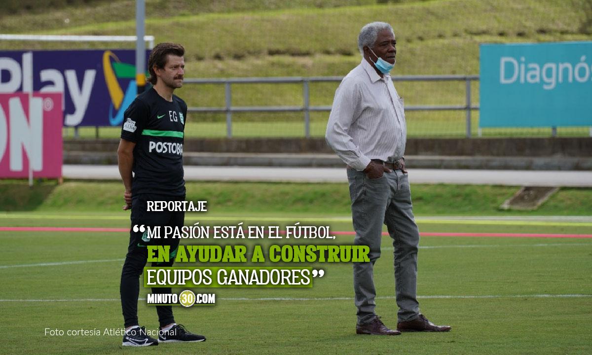 Emilio GutiErrez no se resiste a la tentacion de entrar al campo y participar en las practicas