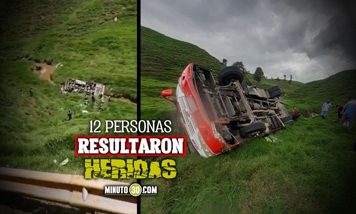 Un bus de servicio publico perdio el control en Santa Rosa de Osos y rodo unos 45 metros