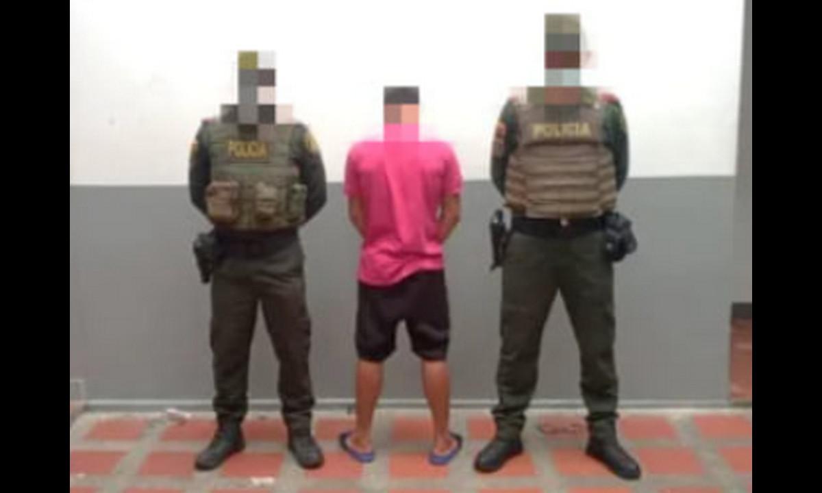 Agarraron a un venezolano con partes de una ametralladora en pleno centro de Chigorodó