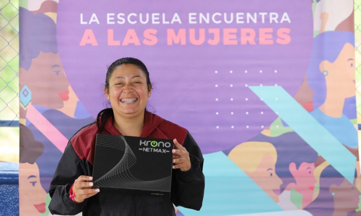 ¡Tan bueno! 250 mujeres en Medellín recibieron dispositivos electrónicos para finalizar su educación básica y secundaria