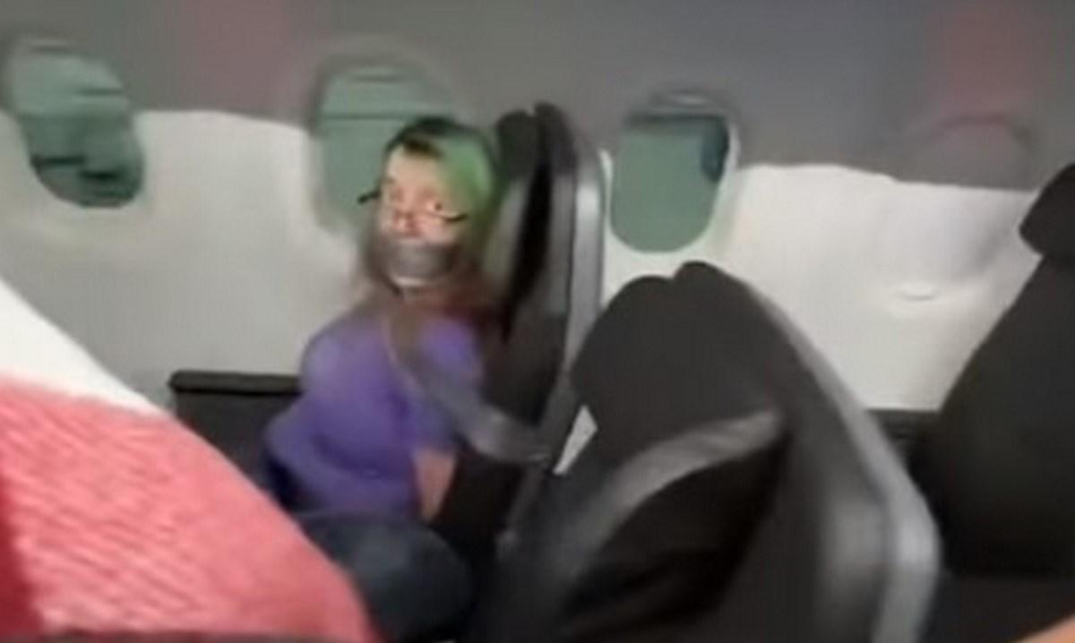 pasajera atada avion