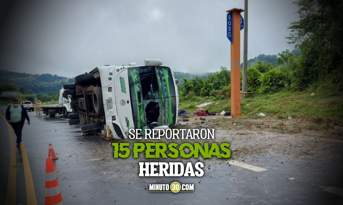 Aparatoso accidente de un bus en el sector La Manuela