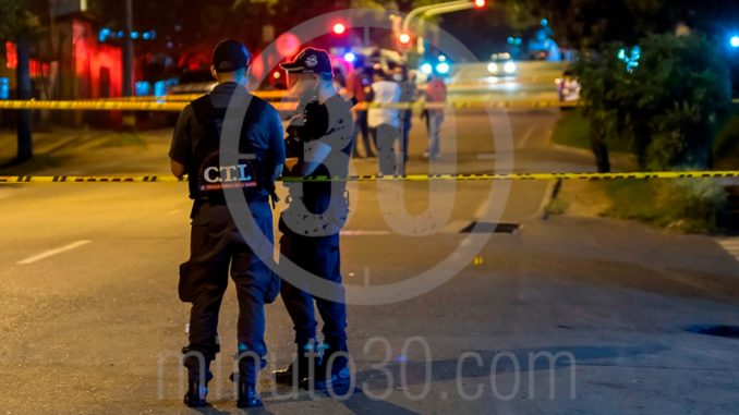 [Fotos] Una pareja que se movilizaba en moto fue atacada a tiros en Castilla, él murió