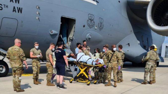 Mujer afgana da a luz a bordo del avión estadounidense en el que huía