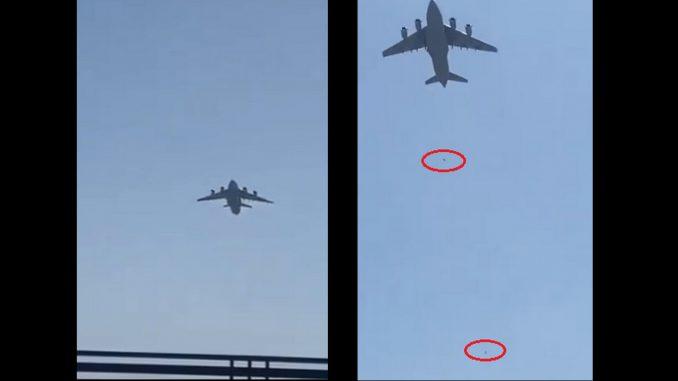 [Video] ¡Tragedia! dos afganos murieron al caer del tren de aterrizaje de un avión