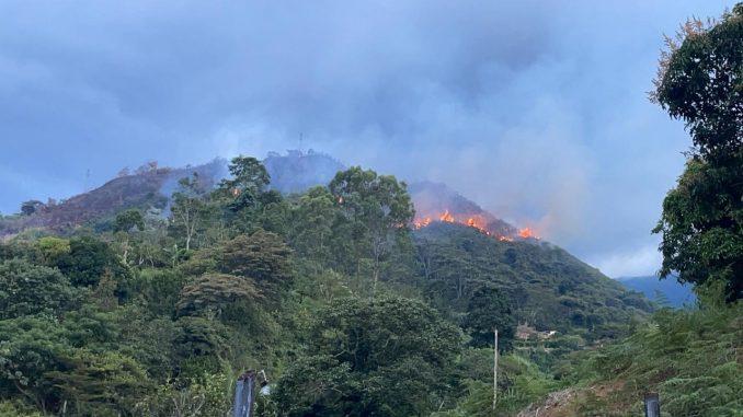 Hay un incendio forestal en Barbosa, aseguran que los bomberos no han podido ingresar al lugar