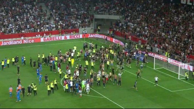 [Video] Hinchas del Niza invadieron la cancha y atacaron a los futbolistas de Marsella