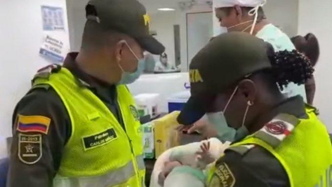 ¡Emocionante! Policías salvaron la vida de una bebé durante el parto
