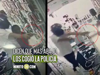 Video: ¡Qué rabia, tanta 'rata'! Se metió armado a un local en Villa Hermosa y le arrancó la cadena a un hombre