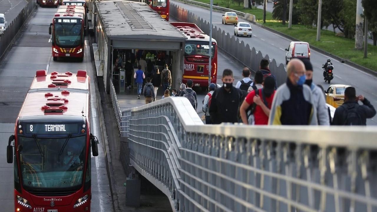 ¡Qué pesar! Usuario se desplomó en plena estación del Transmilenio y allí murió - Noticias de Colombia