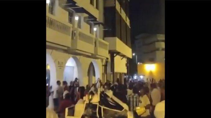 ¡Tan regalado! Turista lanzó dólares desde el balcón de un hotel en Cartagena