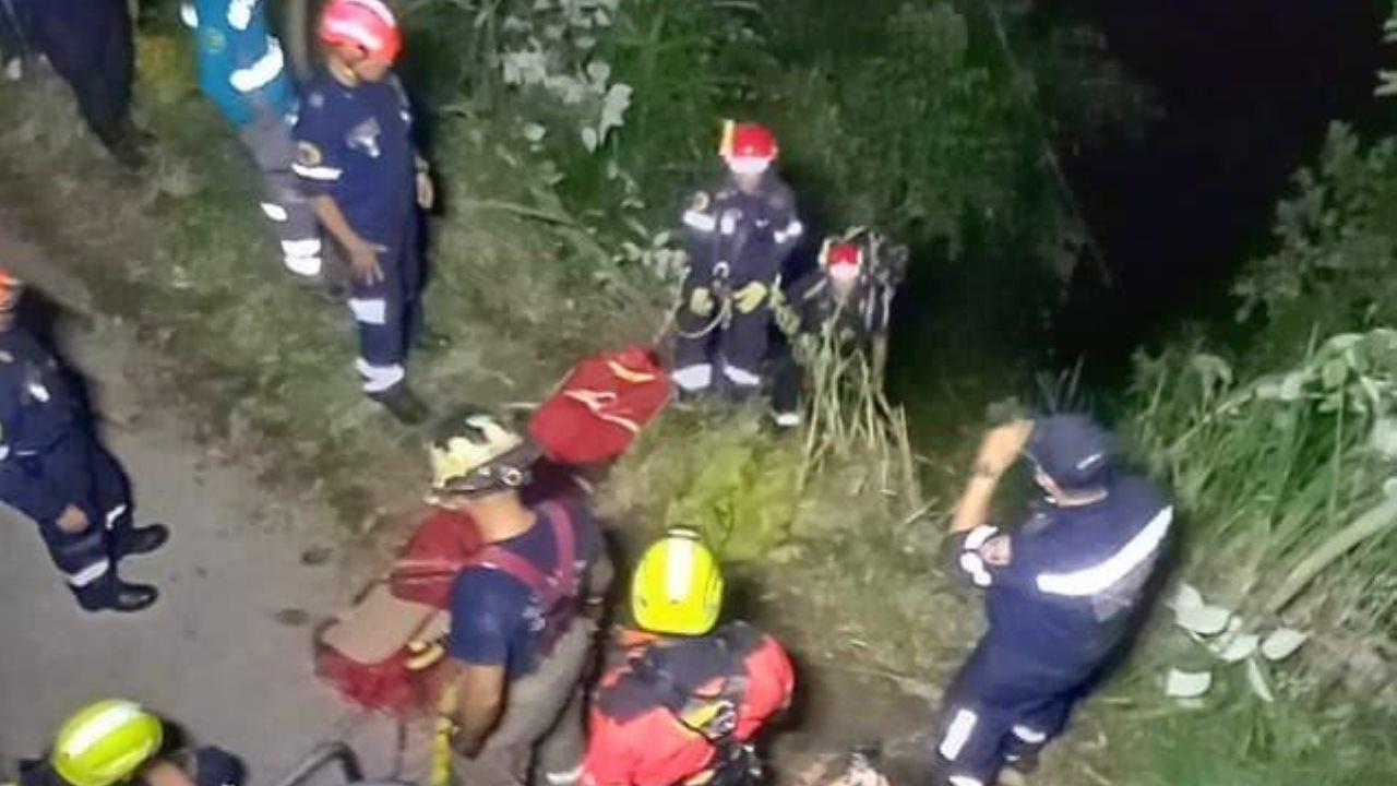 FOTOS. Carro se fue a un abismo en Palmitas: Dos personas lesionadas - Noticias de Colombia