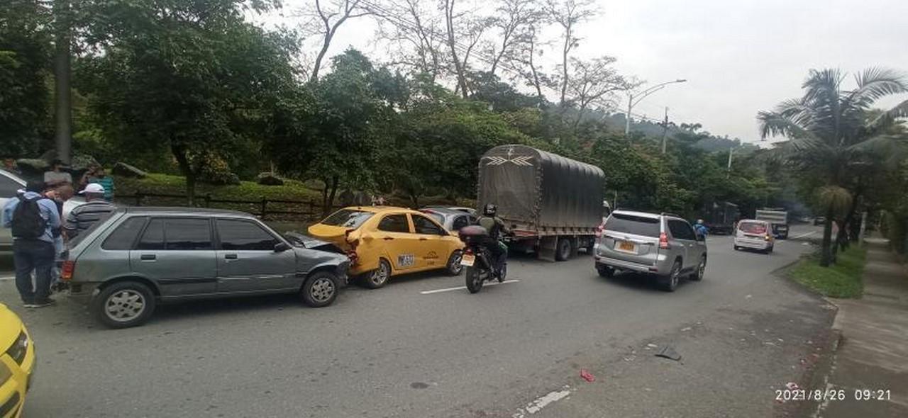 accidente cuatro carros por Los Colores 2
