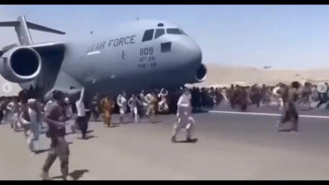 [Video] ¡Desgarrador! Cientos de afganos se aferran a un avión militar