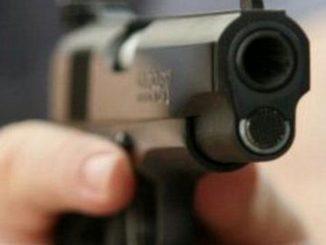 Hombre llegó repartiendo bala a una fiesta y una mujer resultó muerta