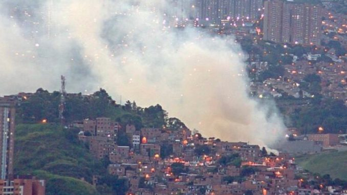 Bomberos intentan controlar incendio forestal en el occidente de Medellín