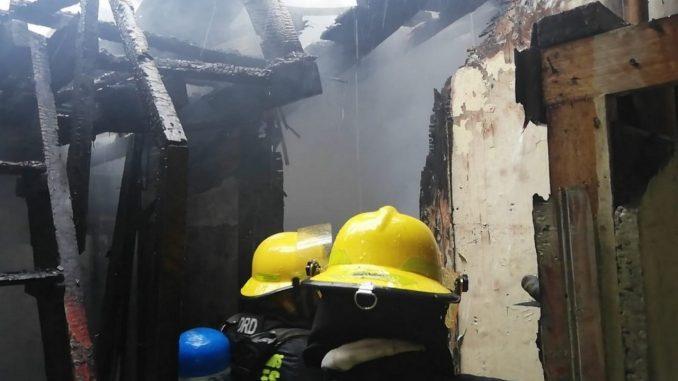 Bomberos controlan incendio en dos viviendas y maderera en Manizales
