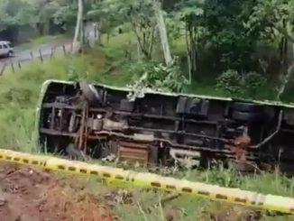 Bus del MIO se volcó en vía de Cali y hay más de 10 heridos