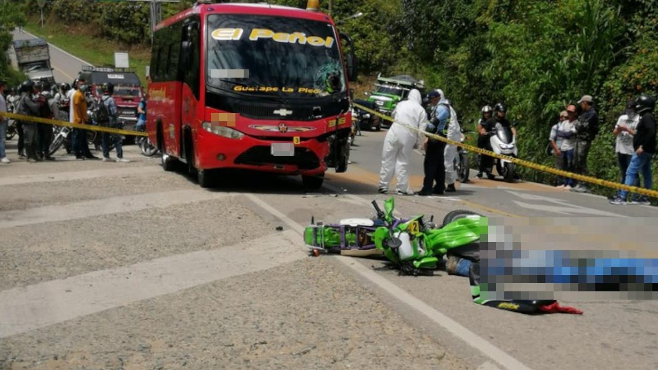 Un motociclista murió al chocar de frente con una buseta en la vía El Peñol – Guatapé