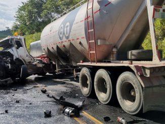 [Fotos] Dos tractomulas chocaron de frente entre la vía Medellín - Manizales