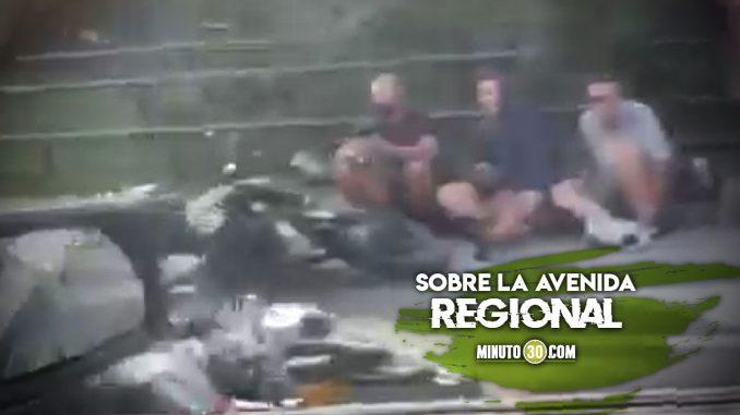 [Video] Accidente al norte de la ciudad, dos motociclistas cayeron al piso al parecer por Acpm regado en la vía