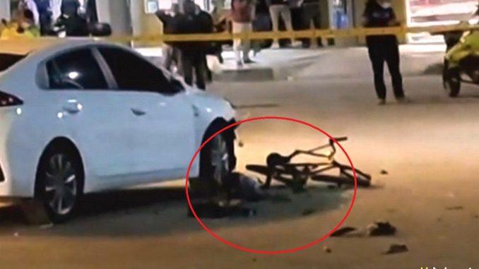 Carros se chocaron y arrollaron a dos niños en bicicleta, uno murió