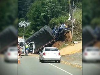 [Video] Camión perdió el control y colisionó contra un poste en la vía al aeropuerto de Rionegro