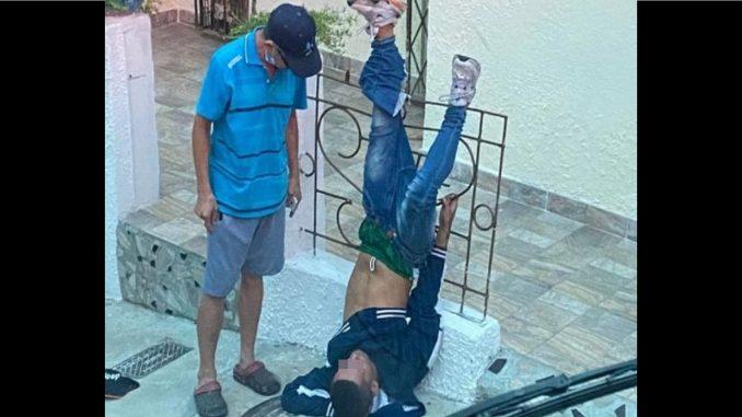 ¡Karma! Ladrón quedó atrapado de cabeza en una reja de una vivienda en Bucaramanga