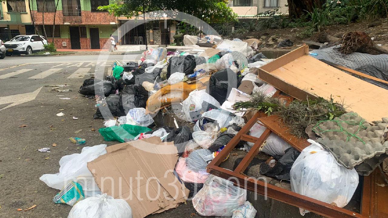 Que cochinada denuncian gran arrume de basuras en una esquina de Santa Lucia 1