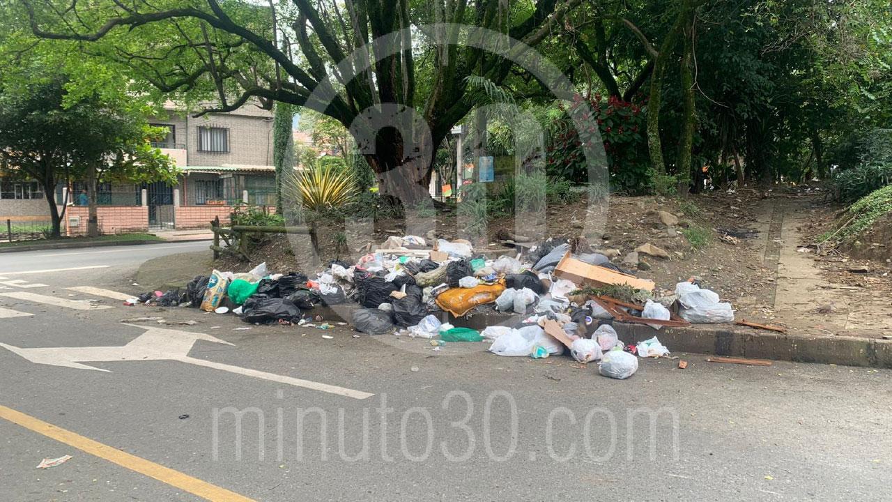 Que cochinada denuncian gran arrume de basuras en una esquina de Santa Lucia 2