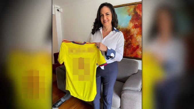 Jugador de la Selección Colombia le regaló la camiseta a la senadora María Fernanda Cabal