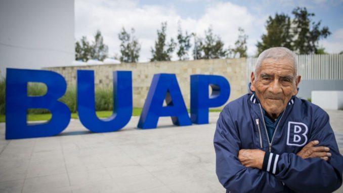 Abuelito de 85 años se graduó como Ingeniero y está buscando trabajo