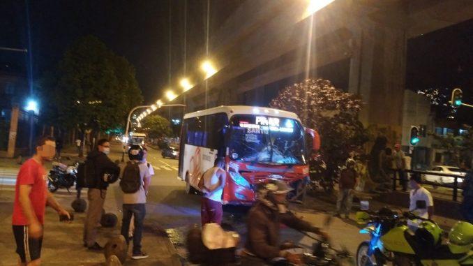 [Fotos y video] Choque entre una buseta y una moto cerca a la estación Hospital