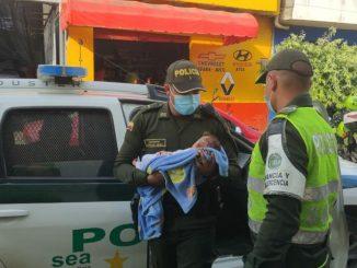 [Video] Unos desgraciados maltrataban a un recién nacido, la Policía se los quitó
