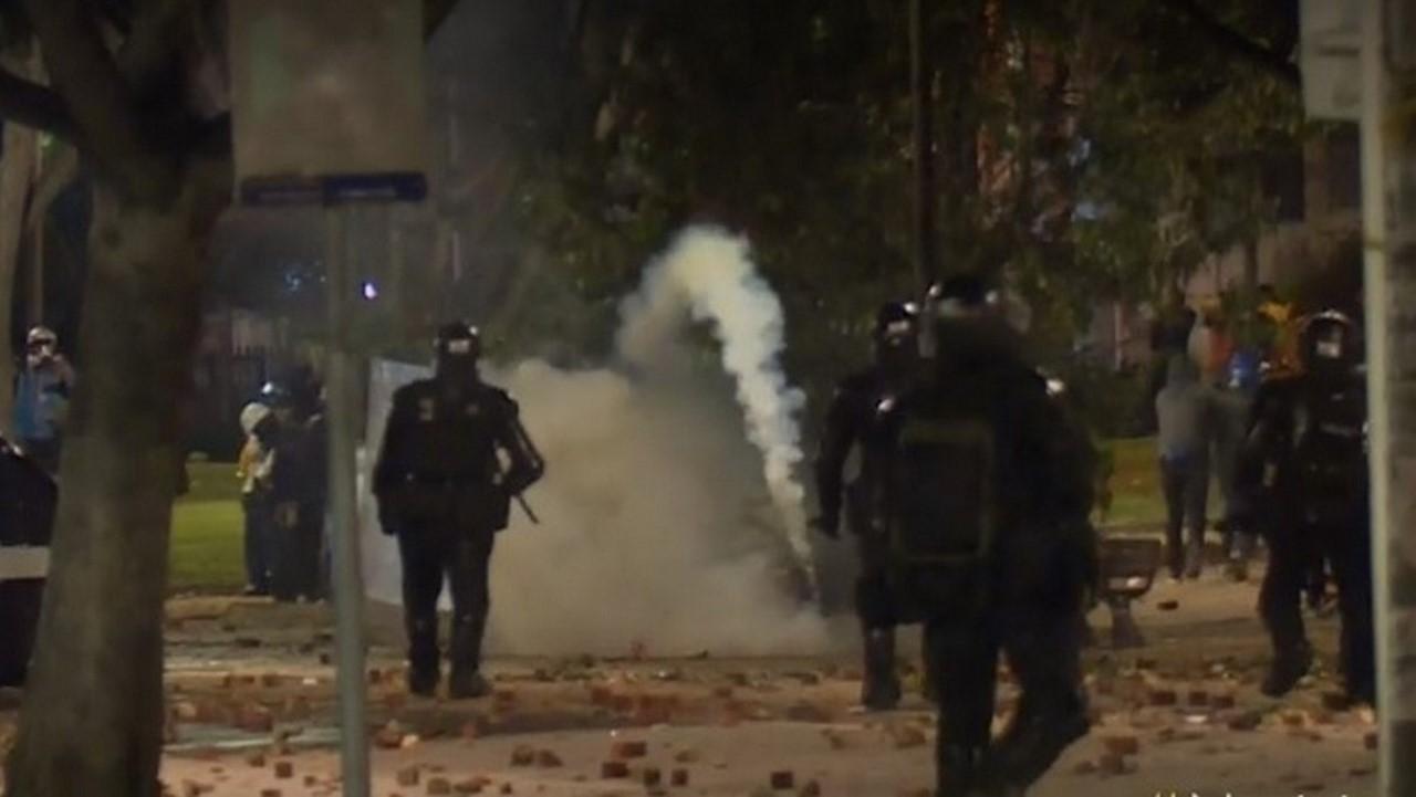 Noche de terror en Bogotá: Al menos 4 policías heridos y 13 detenidos por desmanes - Noticias de Colombia