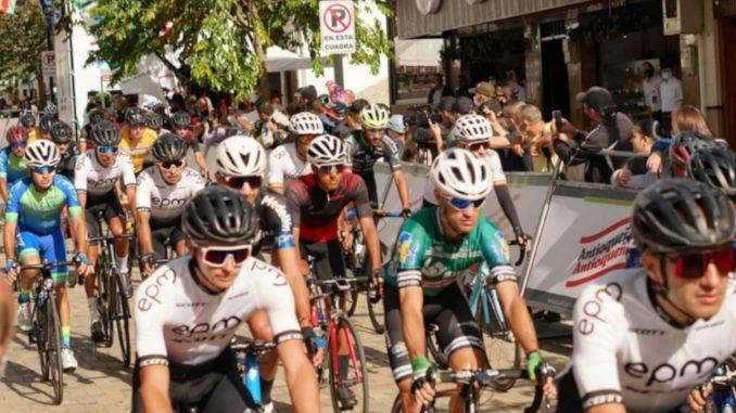 Un ciclista gravemente herido tras fuerte accidente en la Vuelta Antioquia, su bicicleta terminó en varios pedazos