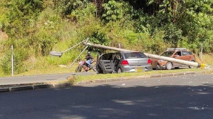 ¡Qué totazo! Le cayó un poste encima a un vehículo en la Avenida Las Palmas