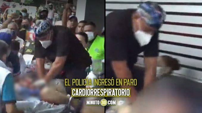 Momento en el que entran al hospital a policía herido