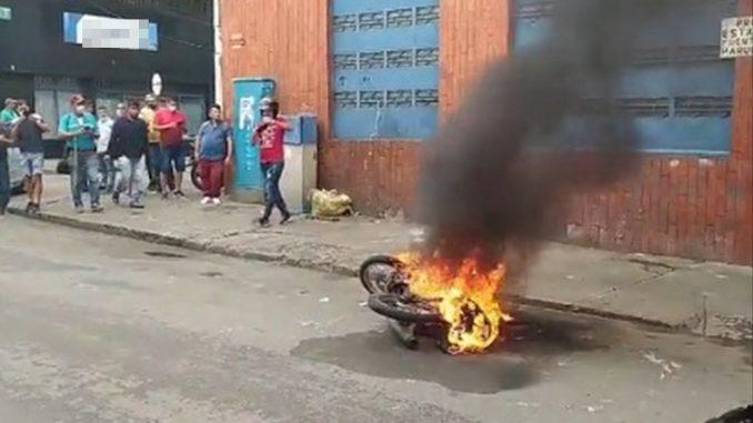 A presuntos ladrones les quemaron la moto en Bucaramanga